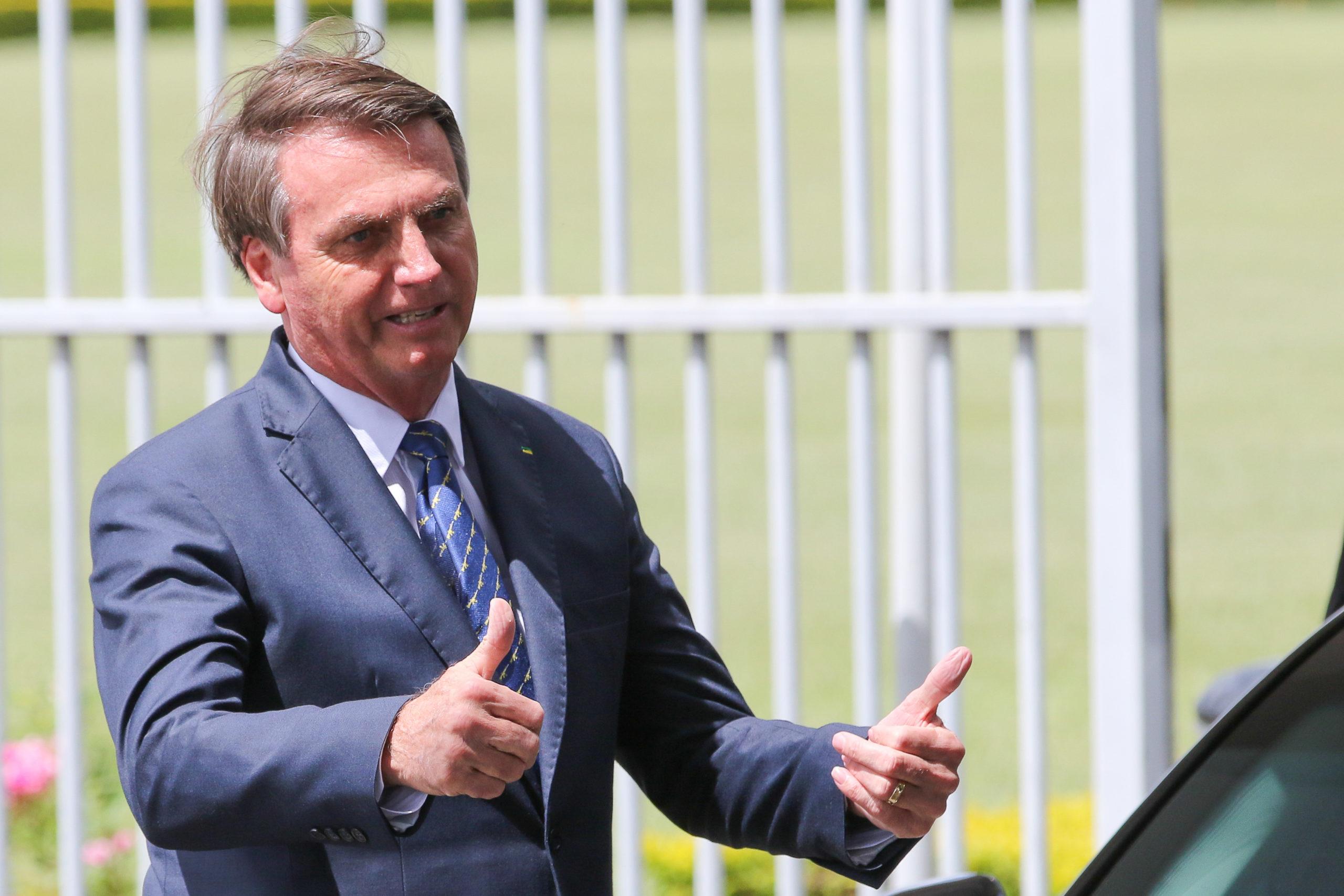 13.03.2020 - Brasília/DF - Jair Bolsonaro cumprimenta populares no Palácio da Alvorada.
