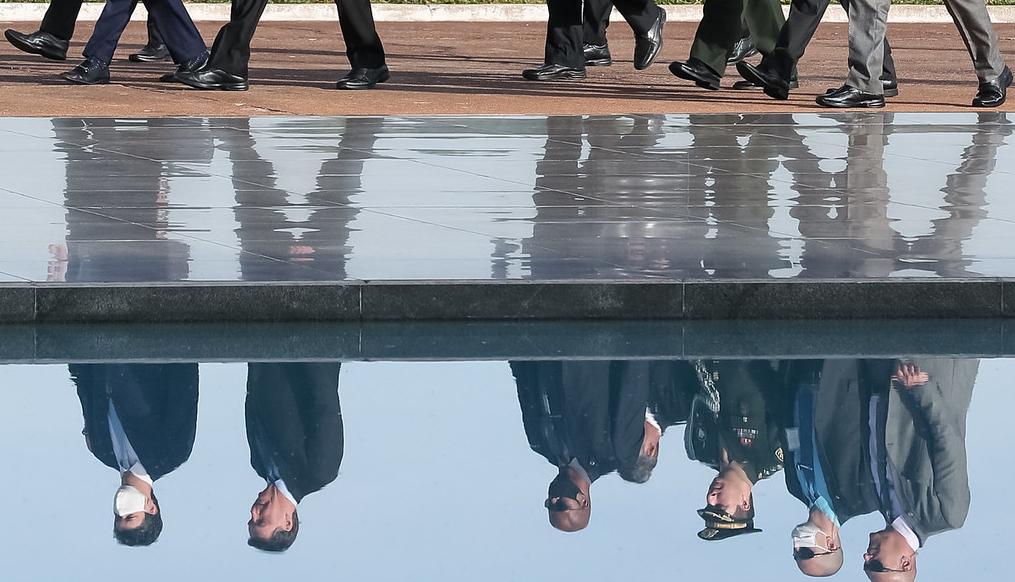 09.06.2020 - Brasília/DF - O Presidente Jair Bolsonaram caminha ao lado de ministro para o Hasteamento da Bandeira Nacional. Foto: Marcos Corrêa/PR