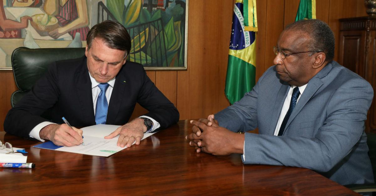 25.06.2020 - Brasília/DF - Jair Bolsonaro assina do termo de posse de Carlos AlbertoDecotelli, ministro da Educação. Foto: Marcos Corrêa/PR