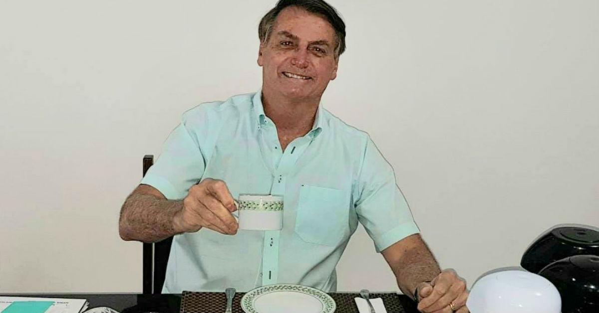 08.07.2020 - Brasilia/DF - Jair Bolsonaro toma café após anunciar que estava com covid-19. Foto: RS.
